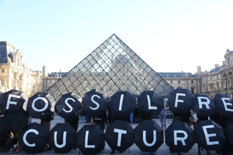 Climate campaigners outside the Musee du Louvre.  Photo: Kristian Buus (c)